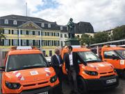 Bonns Oberbürgermeister Ashok Sridharan (l.) und StreetScooter-Geschäftsführer Achim Kampker bei der Übergabe der Fahrzeuge an das Grünflächenamt.