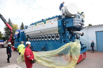 Der rund 130 Tonnen schwere Erdgasmotor ist im September 2017 mit Spezialtransporten vom finnischen Hersteller Wärtsilä geliefert worden.