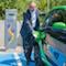 Ralf Schodlok, Vorstandsvorsitzender der ESWE Versorgungs AG, beim Aufladen an einer ESWE-Ladesäule.