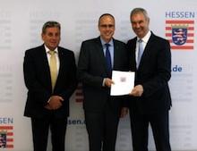 Der hessische Innenminister Peter Beuth überreicht einen Zuwendungsbescheid in Höhe von 1,7 Millionen Euro an den kommunalen IT-Dienstleister ekom21.