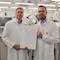 Christian Lipke, Produktionsleiter (v.l.) und Dirk Engel, Leiter Produktmanagement bei Sagemcom Dr. Neuhaus bekamen die Baumusterprüfbescheinigung überreicht.
