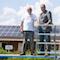 Freibad-Vereinsvorsitzender Helmut Wisniewski (l.) und Bürgermeister Bernd Romanski im Freibad von Hamminkeln, wo die Zusammenarbeit in Sachen Energiewende begann.