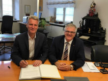 Olaf Kaspryk (l.) und Oberbürgermeister Hans Jürgen Pütsch unterzeichnen die Vertragsverlängerung für den star.Energiewerke-Chef.