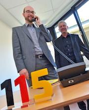 Stadtdirektor Sebastian Kopietz (l.) startet den 115-Service in Bochum.