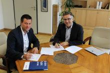 AixConcept-Geschäftsführer Thomas Jordans (l.) und Uwe Bettscheider, Schulleiter des Ritzefeld-Gymnasiums der Stadt Stolberg, unterschreiben den Kooperationsvertrag.