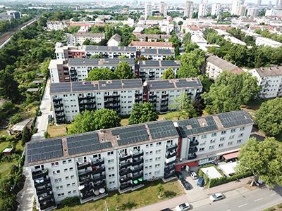 Mainova pachtet die Dachflächen zur Errichtung der PV-Mieterstromanlagen auf den Mehrfamilienhäusern, plant, installiert, finanziert und betreibt sie.