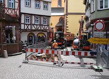 In der Wertheimer Altstadt wird das Glasfasernetz für die Versorgung mit schnellem Internet ausgebaut.