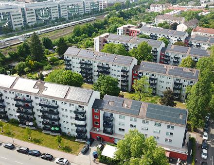 Mainova hat in Frankfurt am Main rund 150 Photovoltaikanlagen mit einer Gesamtleistung von 2,5 Megawatt auf Dächern von Mehrfamilienhäusern installiert.