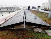 Photovoltaik-Module auf dem Flachdach des Apfel-Carré (Frankfurt-Preungesheim).