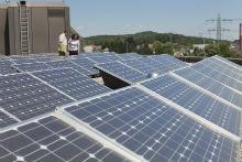 Kommunaler Klimaschutz: Photovoltaikanlage auf einem Schuldach.