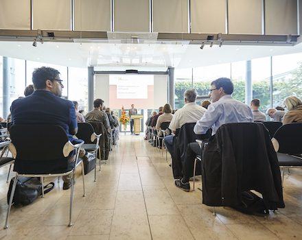 """In diesem Jahr findet die Tagung """"Nahwärme kompakt"""" des Kompetenzzentrums Wärmenetze der KEA am 8. und 9. Oktober in Karlsruhe statt."""