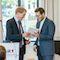 Ministerpräsident Daniel Günther (l.) überreicht Jan Philipp Albrecht die Ernennungsurkunde zum Umwelt- und Digitalisierungsminister Schleswig-Holsteins.