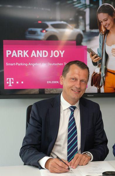 OB Holger Kelch will Cottbus zur Smart City machen. Ein Baustein: Die Einführung der Telekom-App Park and Joy.
