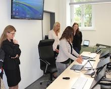 Mecklenburg-Vorpommerns Justizministerin Katy Hoffmeister (2.v.l.) informiert sich beim Landgericht Rostock über das E-Akte-Pilotprojekt.
