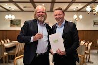 Präsentieren den Liefervertrag: Reinhard Christiansen vom Bürgerwindpark Ellhöft (links) und Nils Müller von Greenpeace Energy.