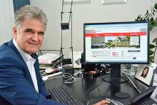 Bürgermeister Erwin Esser zeigt den neuen Internet-Auftritt der Stadt Wesseling.