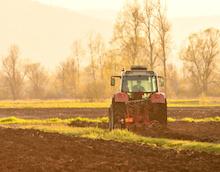 Traktoren dank SAPOS zentimetergenau digital steuern.