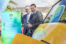 Bochum: Oberbürgermeister Thomas Eiskirch (rechts) und Stadtwerke-Geschäftsführer Dietmar Spohn weihen die erste von 33 neuen Ladesäulen ein.
