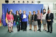 Übergabe des Jahresberichts 2018 des Nationalen Normenkontrollrats an Bundeskanzlerin Angela Merkel.