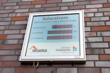 Einer Anzeigentafel können die Bewohner der Clara-Wieck-Straße 4 in Marl entnehmen, wie hoch die aktuell erzeugte Leistung der Photovoltaikanlage ist.