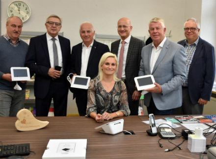 Worms: In der Ortsverwaltung Neuhausen ist von nun an bargeldloses Bezahlen möglich. Mitarbeiterin Malgorzata Perszon zeigt, wie es funktioniert.