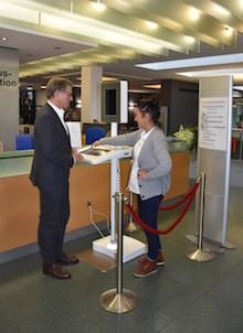 Tanja Mann, zuständige Sachgebietsleiterin für den Stadtladen, zeigt Stadtrat Thomas Morlock die Funktionsweise des Selbstbedienungsterminals.