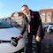 Fan und Nutzer der E-Mobilität: Michael Koch, Landrat des Kreises Hersfeld-Rotenburg, beim Aufladen des elektrisch betriebenen Renault Zoe, der innerhalb der Kreisverwaltung eingesetzt wird.