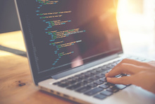 Können Studierende oder Azubis komplexe kommunale Websites samt Einbindung von E-Government-Funktionen, Berücksichtigung von Onlinezugangsgesetz und Datenschutz programmieren?