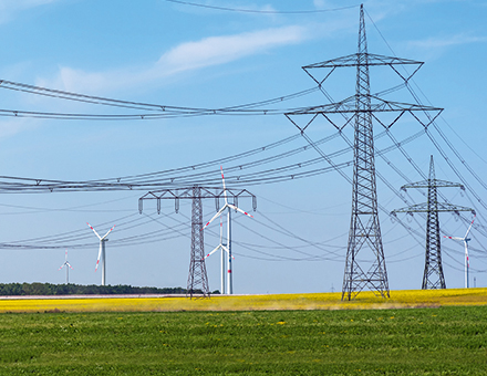 Der Schwerpunkt des Agora-Impulspapiers widmet sich den Möglichkeiten, das bestehende Übertragungsnetz zu modernisieren und damit erheblich besser auszulasten.