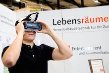 Wie intelligentes Wohnen aussehen kann, wird mithilfe von VR-Brillen im Showroom Lebensräume verdeutlicht.