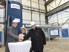 Der saarländische Ministerpräsident Tobias Hans (v.l.), Christiane Blatt, Oberbürgermeisterin von Völklingen, und Joachim Rumstadt, der Vorsitzende der Geschäftsführung der STEAG, starten den Elektrodenkessel.