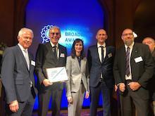 Vertreter des Landkreises Calw nehmen in Brüssel die Auszeichnung als Finalist des European Broadband Award entgegen.