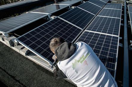 Auf den Dächern öffentlicher Gebäude errichten die Berliner Stadtwerke jetzt Solaranlagen.