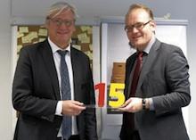 Oberbürgermeister Jochen Partsch (l.) und Daniel Krüger vom Bundesinnenministerium stellen in Darmstadt die 115 vor.