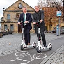 Die ersten E-Scooter-Testfahrer sind Michael Fiedeldey, Geschäftsführer der Stadtwerke Bamberg (links), und Bambergs Oberbürgermeister Andreas Starke.