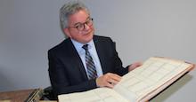 Baden-Württemberg: Justizminister Guido Wolf schließt symbolisch das letzte Papiergrundbuch.