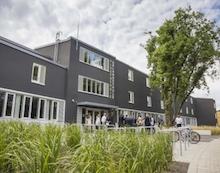 Die Uhlandschule in Stuttgart-Rot wurde zur Plusenergieschule umgebaut – und erzeugt jetzt im Laufe eines Jahres mehr Energie als sie verbraucht.