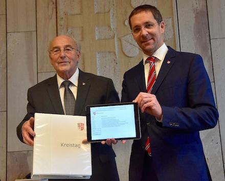 Aktenordner oder Tablet? Im Kreis Hersfeld-Rotenburg plädieren Kreistagsvorsitzender Horst Hannich (l.) und Landrat Dr. Michael Koch für das Bürgerportal.