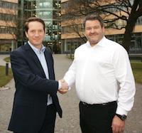 Dr. Florian Bieberbach, Vorsitzender der SWM Geschäftsführung, (l.) und Michael Schwaiger, Geschäftsführer der Schwaiger Group realisieren ein Mieterstrommodell.