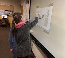 Arbeiten mit dem Touch-Monitor: Vredens Schulen sind auf das digitale Lernen eingestellt.