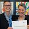 BVA-Vizepräsidentin Silvia Bechtold überreicht das Berechtigungszertifikat für die deutsche eID-Funktion an die DIGIT-Generaldirektorin Gertrud Ingestad (l.).