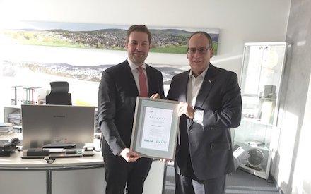 ekom21-Geschäftsführer Bertram Huke (rechts) überreicht die Mitgliedsurkunde an den Bürgermeister der Stadt Taunusstein, Sandro Zehner.