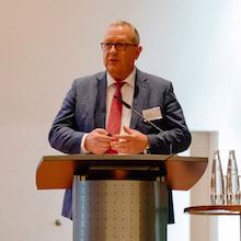 Stephan Wulf, Vorsitzender der Geschäftsführung von Langmatz, bei seiner Eröffnungsrede zum 8. Breitband-Symposium.