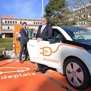 250. Schnellladestation im Verbund ladenetz.de: Ein Elektroauto vom Typ BMW i3 kann nach einer Ladezeit von rund 30 Minuten die Fahrt mit vollem Akku fortsetzen.