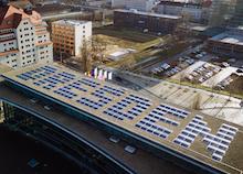 Eine Photovoltaikanlage aus den Buchstaben DRESDEN wurde auf dem Dach den Internationalen Congress Centers in Dresden installiert.