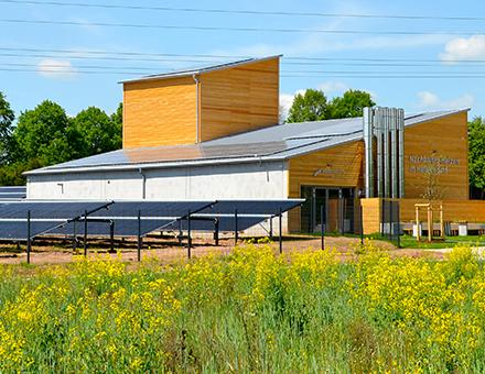 Der auf dem Dach des Hallerndorfer Heizhauses erzeugte Strom deckt einen Großteil des Strombedarfs der Energiezentrale.
