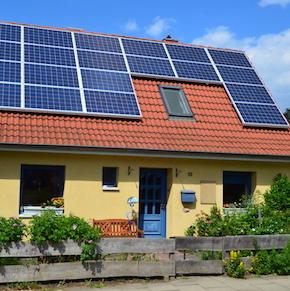 In Kooperation bieten DZ-4 und WEMAG Eigenheimbesitzern eine Solaranlage zur Miete sowie eine Reststromversorgung zu Sonderkonditionen an.