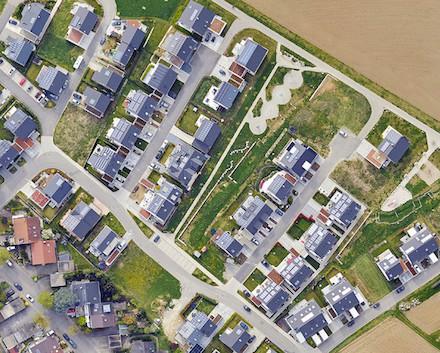 Auch im Ahornweg in der Stadt Waibling wurden fleißig Solaranlagen auf die Dächer gebaut.