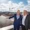 Stuttgarts Oberbürgermeister Fritz Kuhn (l.) und der für Städtebau und Umwelt zuständige Bürgermeister Peter Petzold nehmen die PV-Anlage auf dem Rathausdach in Betrieb.