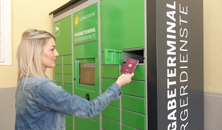 Julia Töpfer, Leiterin des Ludwigsburger Bürgerbüros, zeigt, wie das Ausgabe-Terminal für Ausweisdokumente funktioniert.